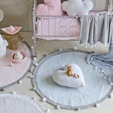 Najnowsza kolekcja Dywanów do prania w pralce Lorena Canals. Dywany BUBBLY w kolorach pastelowego różu, szarości i niebieskim. Dywany można zobaczyć na  bogatewnetrza.pl
