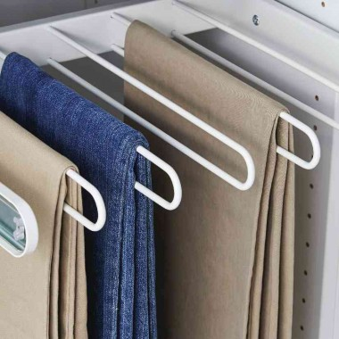 Oprócz klasycznych drążków w ofertach sklepów z wyposażeniem wnętrz znajdują się też specjalne wysuwane wieszaki na spodnie, spódnice, a nawet paski i krawaty.