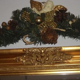 Złota galeria ze świątecznymi dekoracjami....