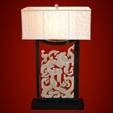 Przepiękna lampa stolikowa z orientalnym ornamentem wewnątrz drewnianej ramy, wykonanym z konglomeratu kamienia&#x3B; duży abażur z materiału w kolorze ecru&#x3B; wysokość lampy 95cm&#x3B; szerokość abażuru 59cm