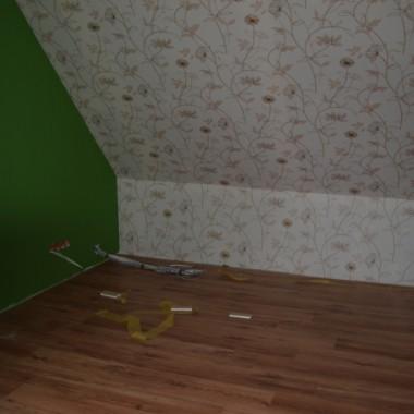 """Pokój tzw. papierowy na nasze """"prace administarcyjne"""". Wierzcie, że papierkowej roboty w naszym domu nie brakuje:) A obiecany motyw roślinny tapety też już jest."""