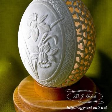 Ażurowa pisanka strusia - rzeźbione jajko - żonkile