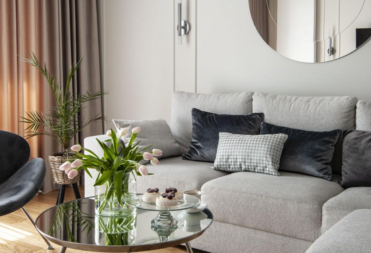 Domy i mieszkania, Mariaż wygody i elegancji - Mimo, że początkowo kontakt z inwestorami odbywał się zdalnie, projektantom udało się nawiązać wyjątkowo dobre porozumienie z właścicielami, poznać ich oczekiwania i zaproponować projekt, który w pełni uwzględniał potrzeby małżeństwa. Mieszkanie o powierzchni 75 metrów kwadratowych zajmują rodzice z roczną córeczką. W projekcie przewidziano wygodną część dzienną dla całej rodziny, a także sypialnię rodziców i królestwo małej dziewczynki. Wnętrza zostały urządzone w jasnej i ciepłej kolorystyce, z przewagą szarości i bieli.