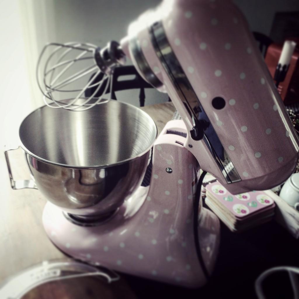Kuchnia, pieczenie ... pastelowo ...! :) - pastelowy kiciuś:) ...szuka domu...