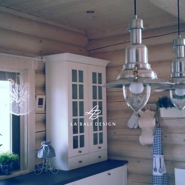 Projekt wnętrz domu z drewna. Dodatki i dekoracje w kuchni. Oświetlenie nad wyspą.