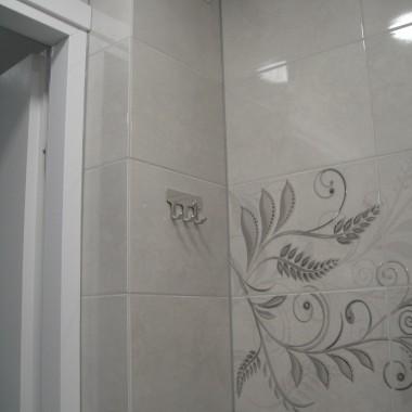 łazienka zabudowa rur - pionów grzewczych