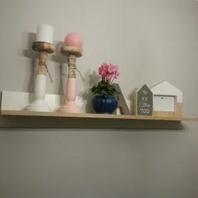 Pudrowy róż w salonie
