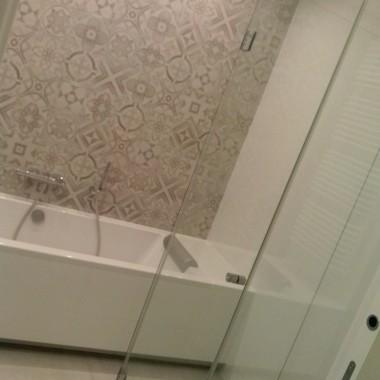Łazienka zwydzielonym WC. Drzwi przesuwane, chowane - kaseta Eclisse. Podgrzewana podłoga.