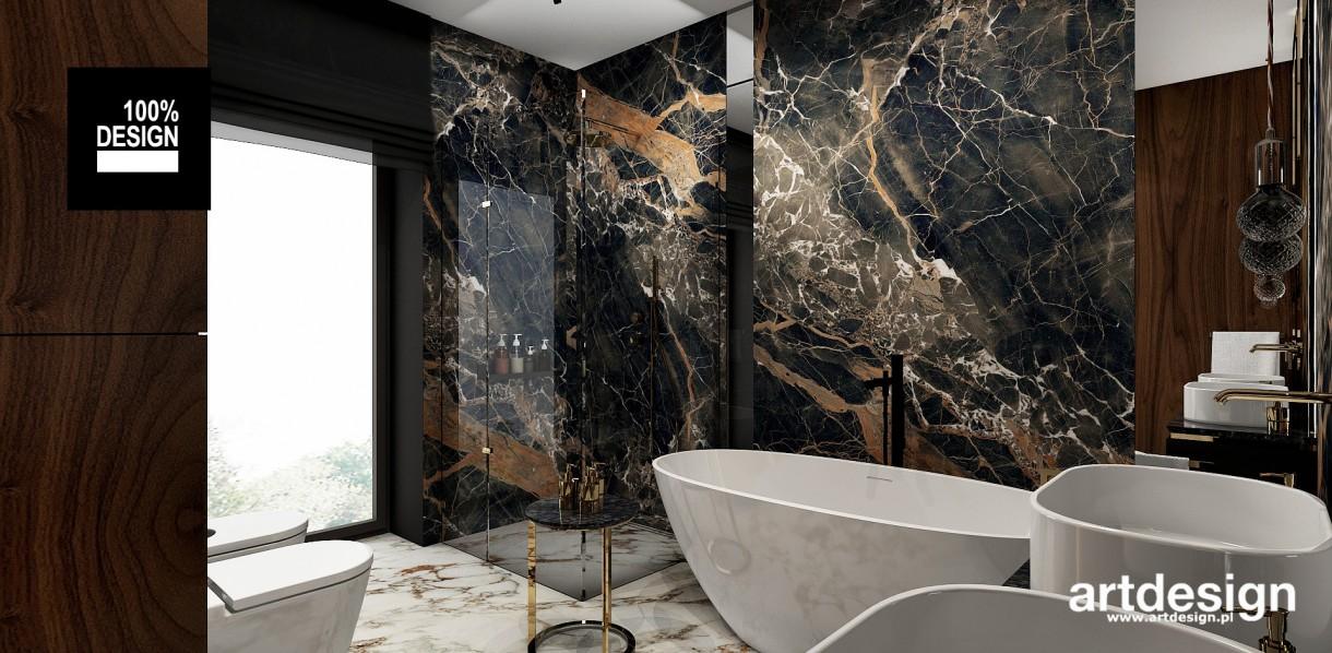 Łazienka, Projekt łazienek | AESTHETIC PLEASURE | Wnętrza domu - Oryginalne, pełne kontrastów i efektownych faktur – takie miały być łazienki w projektowanym przez nas domu. Płytki z wyrazistymi wzorami kamienia zestawione z fornirem w ciepłym kolorze dopełniają się, tworząc dobrze zgraną całość. Dość ciemna kolorystyka tworzy kameralną atmosferę. Elegancji dodają dekoracyjne szafki ze złotymi detalami.