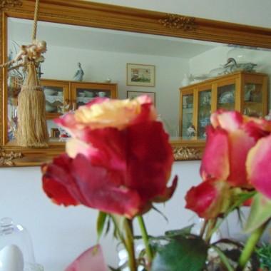 ................i róże w wazonie...............