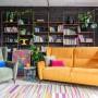 Salon, Cztery kroki do wyboru idealnej sofy - Jeżeli posiadamy nieco mniejsze mieszkanie – zwróćmy uwagę na gotowe konfiguracje (np. Voss czy Forli oraz sofy marki Sweet Sit). Przed wizytą w salonie meblowym narysujmy rzut i wymiary pomieszczenia na dużej kartce papieru. Dzięki temu, będąc w sklepie, łatwo zorientujemy się, czy wybrana sofa perfekcyjnie wpasuje się w przestrzeń.
