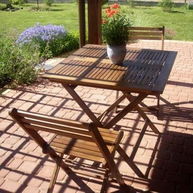 stolik z czterema krzesłami...nasza ostatnia zdobycz, a na nim lawenda :)