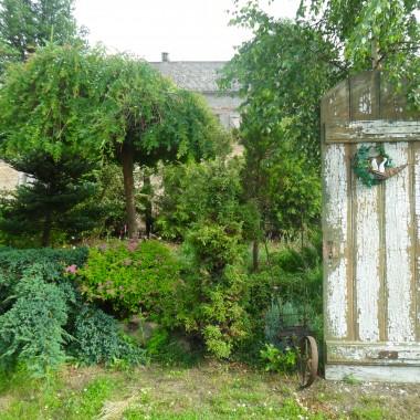 te stare drzwi podpierają brzozę samosiejkę co krzywo rosła&#x3B;).