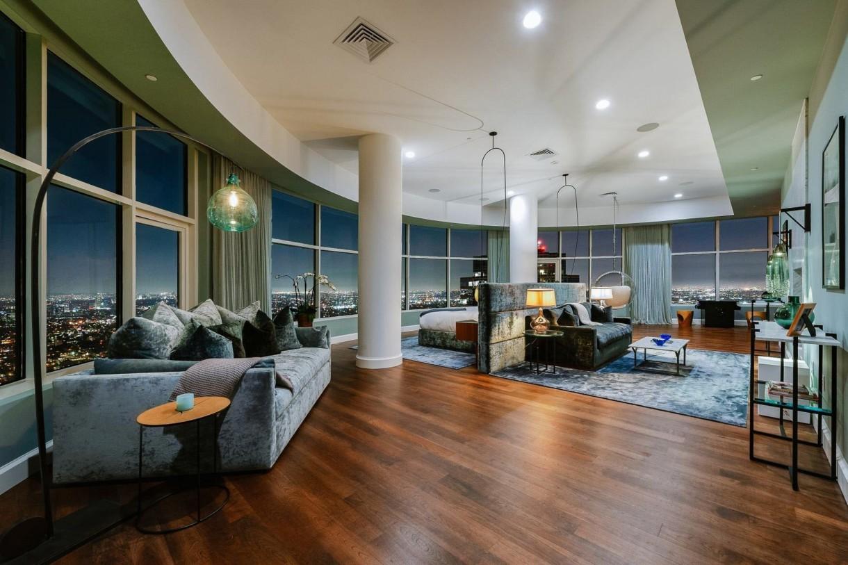 """Domy sław, Matthew Perry sprzedaje apartament - W bajecznym apartamencie na ekskluzywnej Bird Streets w Hollywood Hills. Tak przez sześć lat mieszkał znany z roli Chandlera Binga w serialu """"Przyjaciele"""" -  Matthew Perry.   IMP FEATURES/East News"""