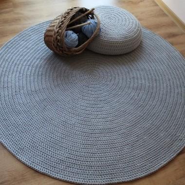 Duży, mięciutki dywan sprawia radość bosym stopom:)