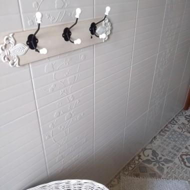 Po długich przemyśleniach w końcu zdecydowałam sie na przemalowanie łazienki . Nosiłam sie z tym zamiarem przez rok bo najgorzej zacząc . Półtora tygodna mojej ciężkiej pracy a dodam że wszystko robiłam sama :) podłaczenie nowych kranów ,wiercenie otworów na drzwiczki zaluzjowe ,nowe drzwiczki drewniane pod zlewem,parapet ,rama lustra i jeszcze tylko brakuje małej szafeczki nad wanną żeby można było pochować te wszystkie pierdoły z wanny i uchwytu na papier.Najwięcej pracy było z podłogą ponieważ chciałam by była w jednym kawałku wiec zrobiłam sobie szablon z papieru , potem precyzyjne wycinanie i ułożenie na podlodze ( wykładzina pcv) .Cała metamorfoza kosztowała mnie 1733 zł jestem bardzo zadowolona z efektu tym bardziej że zrobiłam to sama . Zapraszam do oglądania :)))
