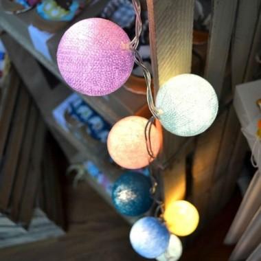 lampki dekoracyjne kulki rozświetlają pomieszczenie tworząc przytulny i sielski klimat