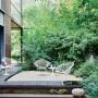 Ogród, Klasyki designu w ogrodzie - Należą do nich kultowy stół i stoliki kawowe Tulip projektu Eero Saarinena z blatami z barwionego szkła czy pochodzące z początku lat 50. krzesło i fotel Harry'ego Bertoia z oparciem i siedziskiem w formie kratownicy.