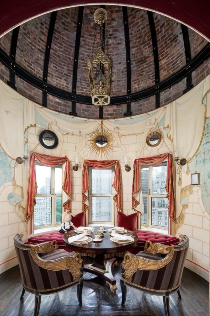 Domy sław, Tommy Hilfiger sprzedał swój ekstrawagancki apartament - Kącik wypoczynkowy został urządzony w stylowej wieży.   Źródło: IMP FEATURES/East News