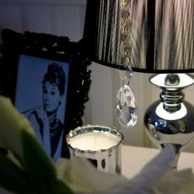 Czarno-srebrne akcenty w sypialni