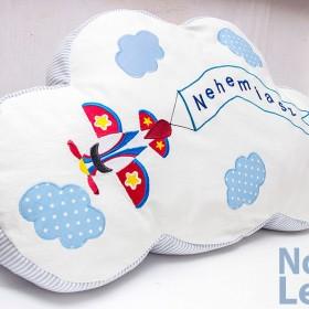 Poduszka chmurka dla chłopca z haftowanym imieniem i samolotem