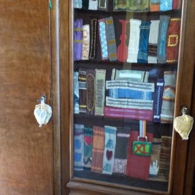 żeby ukryć bałagan w szafie - uszyłam biblitekę