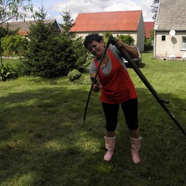 Jak trawa mocno zarośnie,i kosiarka nie daje rady,sięgam po takie narzędzie pracy.Wyobrażcie sobie że umiem sie tym posługiwać.
