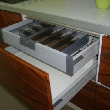 Fronty fornirowane i lakierowane na wysoki połysk.