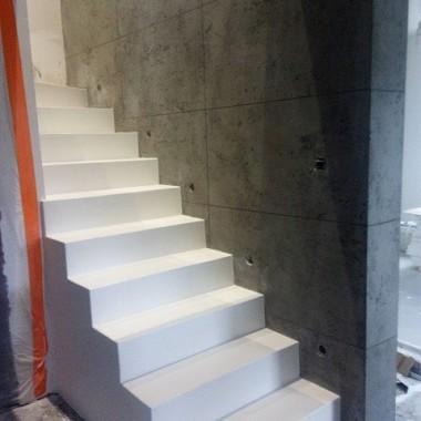 łączenie betonu architektonicznego na ścianie z mikrocementem na schodach