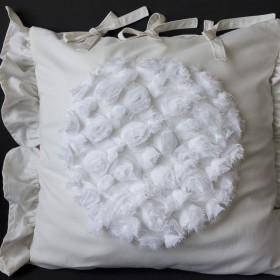 Białe poduszki romantyczne