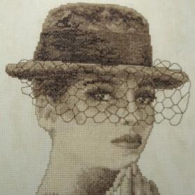 Dama w kapeluszu w kolorze sepii