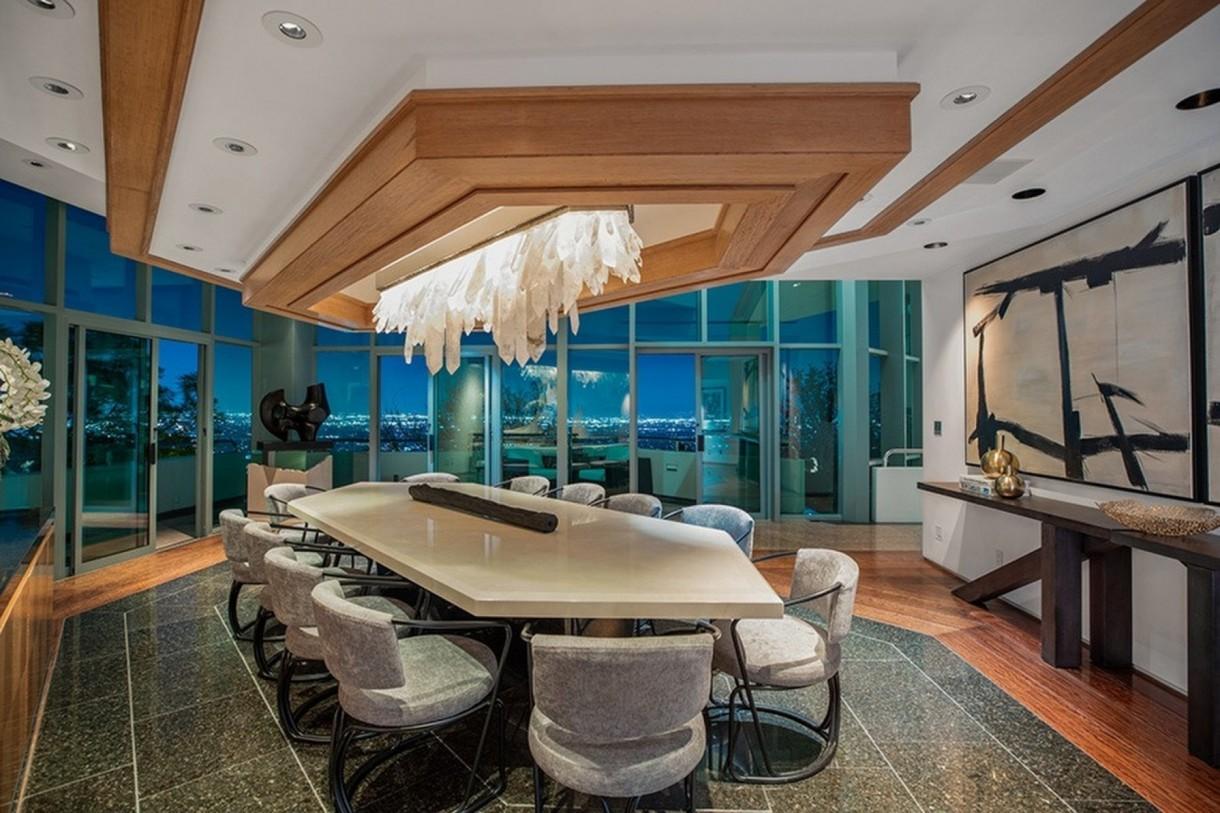Domy sław, Pharrell Williams sprzedaje dom - Dom ma trzy piętra, które połączone są marmurowymi schodami. Jego wnętrza urządzone są nowocześnie, ale luksusowo. W wielu z nich zastosowano wykończenia z drewna  - głównie na ścianach i sufitach. Podłogi wykonano również z marmuru. Wnętrzem, na które szczególnie warto zwrócić uwagę, jest jadalnia rozświetlana przez duży, kryształowy żyrandol.  IMP FEATURES/East News