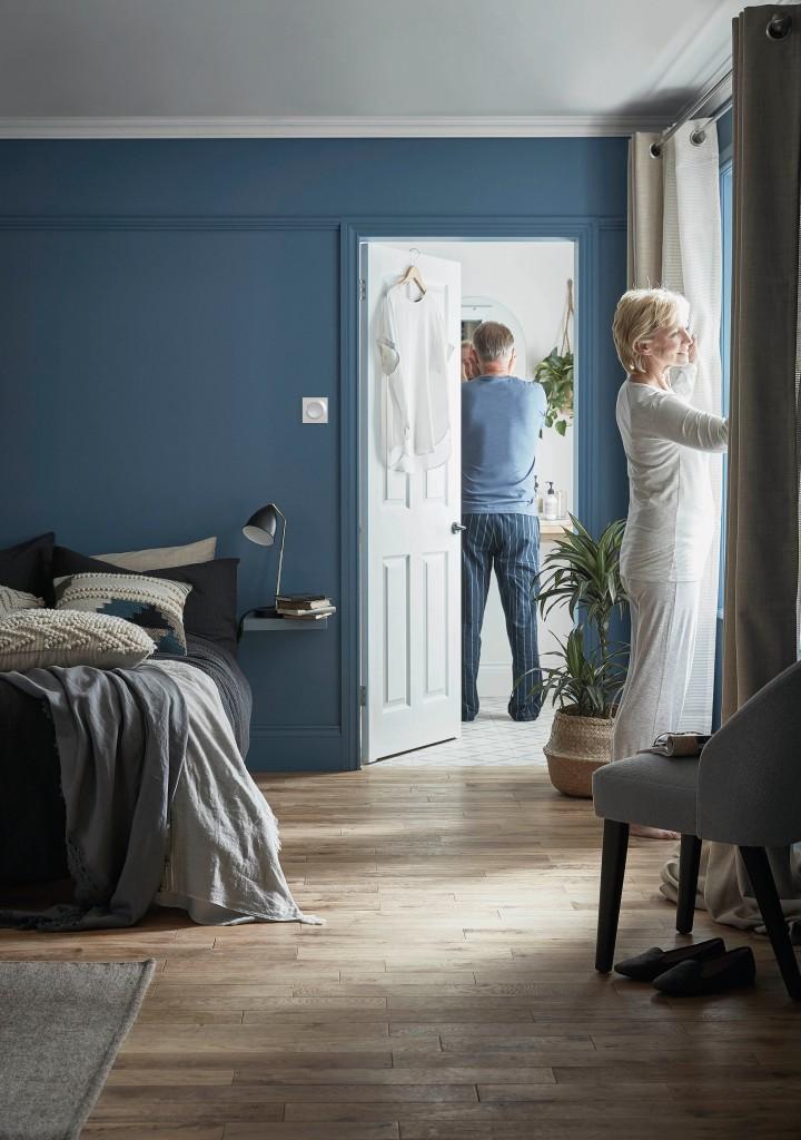 Dekoracje, Kolory Szczęścia - Błękitne ukojenie Farba w kolorze Vence to idealny wybór do nowoczesnej sypialni. Głęboka, nieco przygaszona barwa nadaje pomieszczeniu przytulny charakter, sprzyja odpoczynkowi i pięknie się prezentuje. W tak pomalowanym wnętrzu z łatwością zregenerujesz siły i miło spędzisz czas. A co najlepsze, możesz nadać jej taki wygląd samodzielnie, ponieważ farba jest łatwa w aplikacji i zapewnia bardzo dobre krycie. Jest także odporna na szorowanie oraz powstawanie plam, dzięki czemu wybrany przez nas kolor zachowa dobry wygląd przez długi czas.