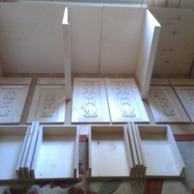 Galeria pokazuje powstanie bardzo pojemnej komody w starym stylu. Mebel jest wykonany na wymiar pod ścianę w salonie, jednoczęściowy bardzo solidny wykonany z grubej sklejki 18 mm a nie z bublu który oferują w sklepie. Stosunek ceny do jakości jest bardzo dobry komoda kosztowała niecałe 2 tysiące złotych. Cały pomysł, projekt oraz montaż był mojego autorstwa. Wymiary dł x wys x szer  2,25 x 0,9 x 0.55 metra.