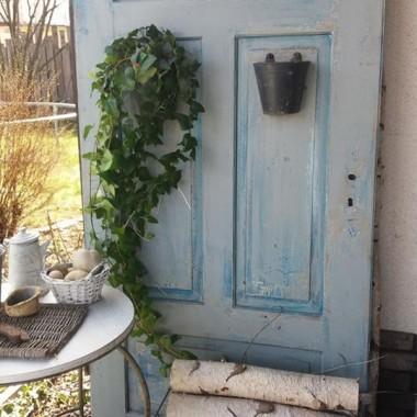 Lustro w starych drzwiach