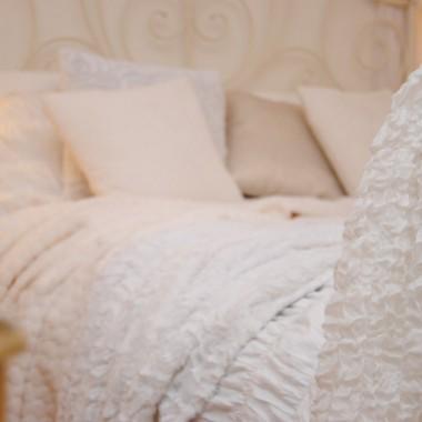 Sypialnia na ogół jest ubrana na biało ,ale z ciupką koloru ...tym razem różne odcienie bieli w roli głównej :)