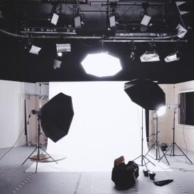 Co łączy roletę z fotografią? Niecodzienne zastosowania osłony okiennej