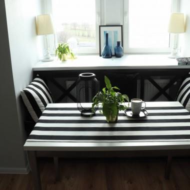 Aranżacja ławeczki przy stole- kącik wypoczynkowy, a jednocześnie jadalniany.