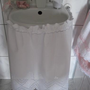 Przestrzeń w mojej toalecie jest niezwykle ograniczona, a przy tym jej wyposażenie i urządzenia sprzed 11 lat. Możliwości więc niewielkie, ale staram się co jakiś czas chociaż nowe dodatki wprowadzać.Chyba wciąż drzemie we mnie dusza romantyczki ........