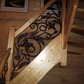 wnętrze mające swuój urok połączenie metalu z drewnem