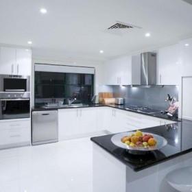 Fenomen białej kuchni – dlaczego wszyscy chcą ją mieć?