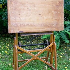 stary drewniany stół kreslarski