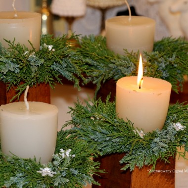 O tej porze każdy sobie życzy, co tylko może. Bliscy bliskim zdrowia, miłości, radości, nie tylko od święta, ale na co dzień bliskości. A ja dołożę do tego jeszcze, serdecznych spotkań rodzinnych, pukania do drzwi, przyjaznych twarzy, dużo radości, serdecznych objęć, pocałunków, szczęśliwych wspomnień.życzę po prostu szczęśliwego Nowego RokuKieliszek szampana wznoszę w świątecznej odsłonie mojej kuchni.