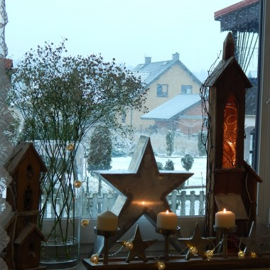 """""""Święta mają coś z bajkiKażdej zimy pisanej od nowaW oknie puchu kołderkaW każdym sercu iskierkaBy ogrzała się noc grudniowa...""""(tekst Jacek Cygan)Na nadchodzące Święta Bożego Narodzenia życzę Wam aby w Waszych sercach iskrzyła radość i miłośćbo w tym czasie jest najważniejsze tylko to co dyktuje serce.WESOŁYCH ŚWIĄT :)"""