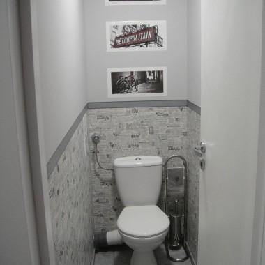 toaleta z tapeta po remoncie