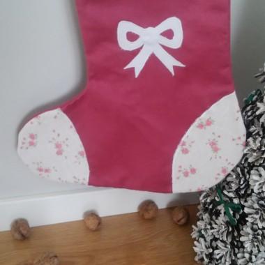 Dla subtelnych wkładam prezenty do różowej skarpety w piękne różyczki.