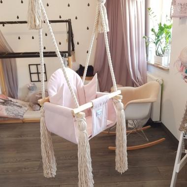 Huśtawka do domu dla dzieci Posiada wzmocnienie pod pupę z płyty mdf i specjalne ochraniacze dla wygody dziecka. Idealny bujaczek dla maluszków.