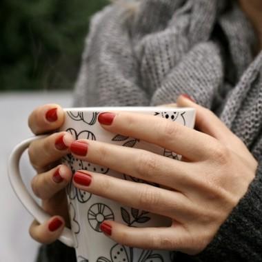 kubek gorącej herbaty w jesienny dzień