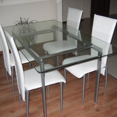stół w salonie