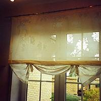 Świetna do kuchni i innych pomieszczeń, gdzie lubimy coś stawiać na parapecie. Chociaż fajnie wyglądają też dłuższe motylki, takie do parapetu. Dość trudno jest je zamocować do zwykłego (rurkowego) karnisza, bo muszą być lekko napięte. Najlepiej przyczepiać na rzep po specjalnej szyny.